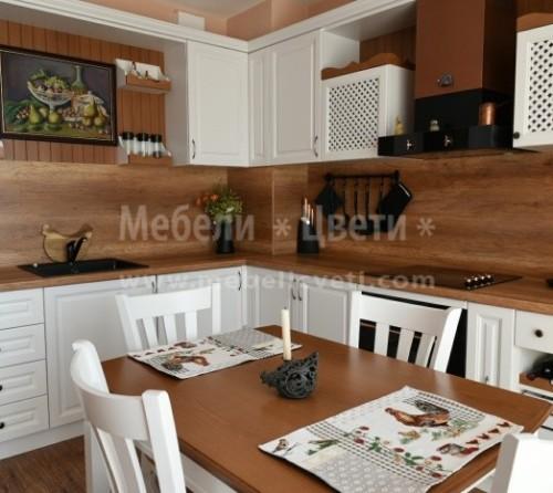 Кухня с трапезарна маса и столове