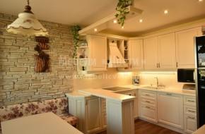 За плот на долните шкафове е използван термоустойчив плот с дебелина 40мм.За гръб са залепени плочки по проект. Видимите части на кухнята са от ясен.