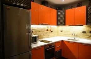 Използваната дървесина в кухнята е масивен бук.За плот на дол.кухненски шкафове е използван термоустойчив плот,а за гръб лепен естествен камък. Монтирана кухня 2019год.