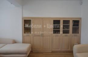 Затварянето на нишата се постига с четири витрини,една рамка с врати и первази от ясен.