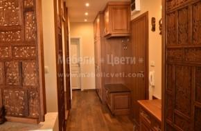 В коридор е монтиран четирикрилен гардероб с надстойка и висящ шкаф с пано със закачалки,един малък и един голям нисък шкаф за сядане с термоплот,висок шкаф за обувки с огледало и пана.