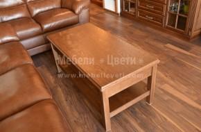 Маса с втори плот от масивен дъб с цвета на мебелите в дневната.