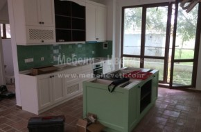 Цветовете на дървото са-зелен,венге и бял RAL.В острова са вградени мивка и миялна машина. Монтирана кухня 2018год.