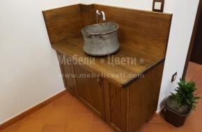 Нестандартно изпълнение на мивка от дъб. За гръб и плот е използвано масивно дърво.Сифонът на мивката е захванат за плота и котлето.