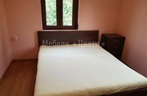 Цената на спалнята е 850лв.Таблата на леглото е от МДФ,всичко друго е от масив.