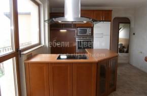 Кухненски букови шкафове с островен барплот и висящ аспиратор. Цена 2320 лева
