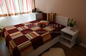 Мебелите в спалнята са-скрин,легло с механизъм за матрак 144/190,нощ.шкафче и вграден двукрилен гардероб с надстройка в цвят RAL9016.
