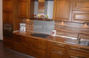 Масивно кухненско обзавеждане по поръчка с шкафове под и над плота и вградени електроуреди.Цена 4950 лева.