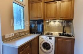 На усвоен балкон е монтирана кухня от масив със свободностояща пералня.В кухнята има вградена фурна,стъклокерамичен плот,абсорбатор,мивка и смесител.