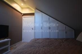 Обзавеждането на спалнята в мезонета включва: Легло за матрак 1600/200,матрак,подматрачна рамка,нощ.шкафче,нестандартен петкрилен гардероб,шкаф за телевизор и широк шкаф между две стени.