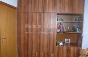 Обзавеждането е от гардероб,секция ,легло ,ракла ,бюро и нощно шкафче.
