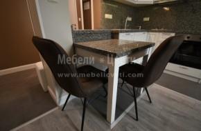 Трапезарна неразтегателна маса и кухня от масив с двулицев барплот.