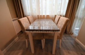 Маса с плот камък и четири стола от бук в цвят RAL.