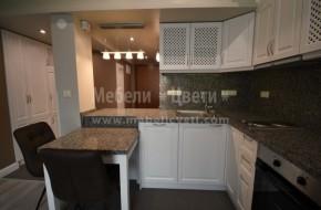 Обзавеждането на коридора включва: пано с две закачалки,огледало,вградена пералня в двулицев барплот,вграден хладилник,еднокрилен гардероб и висок шкаф за обувки.