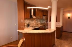 Масивна кухня в коридор с плот и гръб от камък,и ъгли под 45,90 и 135 градуса.Кухня с два барплота,вградена съдомиялна и сложна геометрия.Монтирана кухня 2019год.