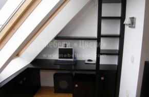Нестандартно масивно бюро за поставяне под стълби или в ъгъл.