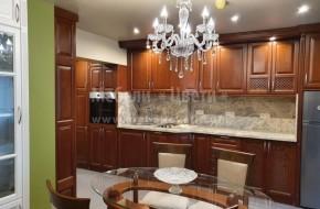 Байцвана кухня с бели витринни шкафове с RAL