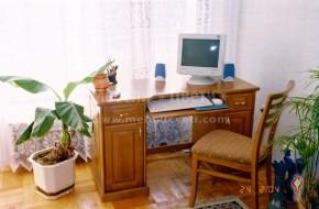 Удобно бюро с масивни страници, изработено изцяло от бук.