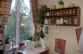 Цена на кухненските шкафове 3800лв. Цена на колона за вградена микровълнова и шкаф 860лв. Смесителя на мивката е с чупещо рамо,за да пречи на отварянето на прозореца.