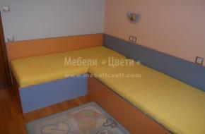 Мебели по поръчка. Леглото до вратата е по късо със 100мм.от стандартната дължина 1900мм.,размера на матрака е 820/1800мм. Другото легло е със стандартен матрак 820/1900мм. И двете легла са с повдигащ механизъм.